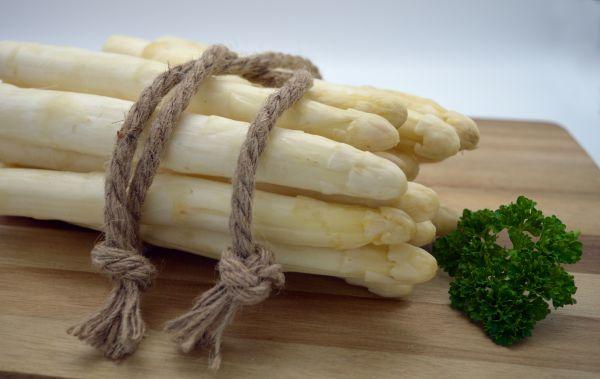 Bleichhof Bleichspargel (geschält und vakuumiert) - besonders lecker » aus eigenem Anbau « 100% naturbelassen - Premium-Qualität - erstklassiges gesundes Gemüse - weiß - 2 kg
